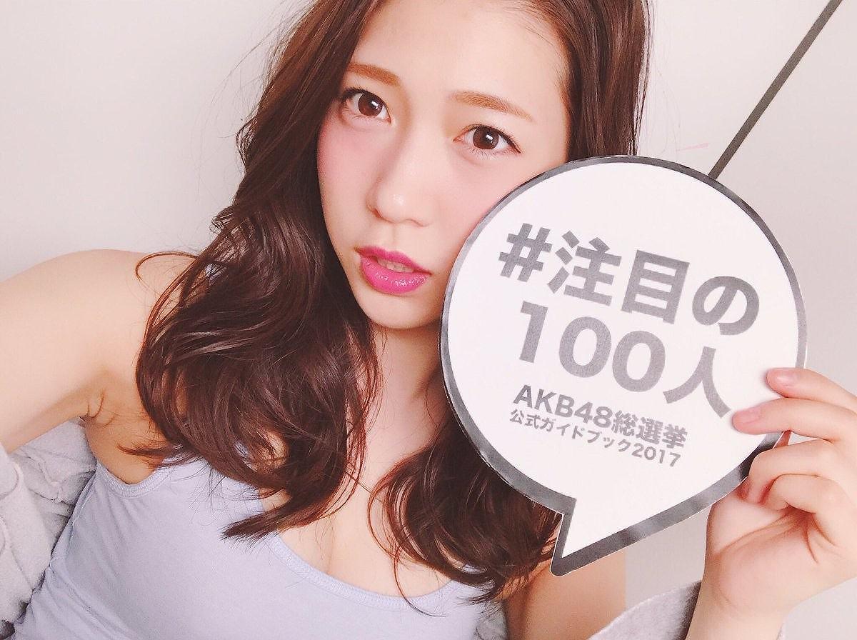 総選挙公式ガイドブック2017『注目の100人』の撮影でおっぱい谷間が見える服を着た茂木忍