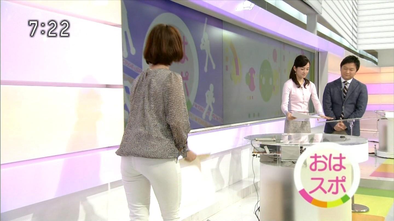 白いパンツを履いた杉浦友紀アナのお尻