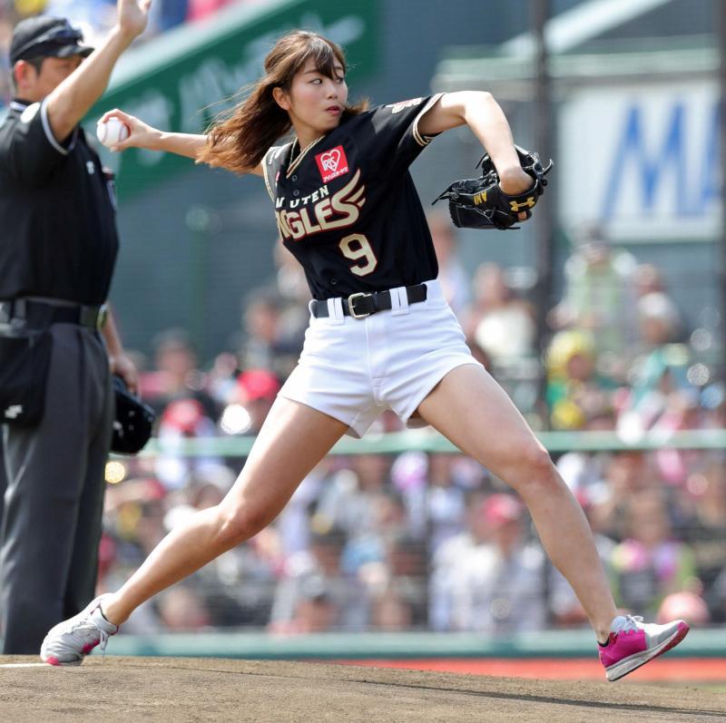 ショートパンツのユニフォームで始球式のピッチングをする稲村亜美