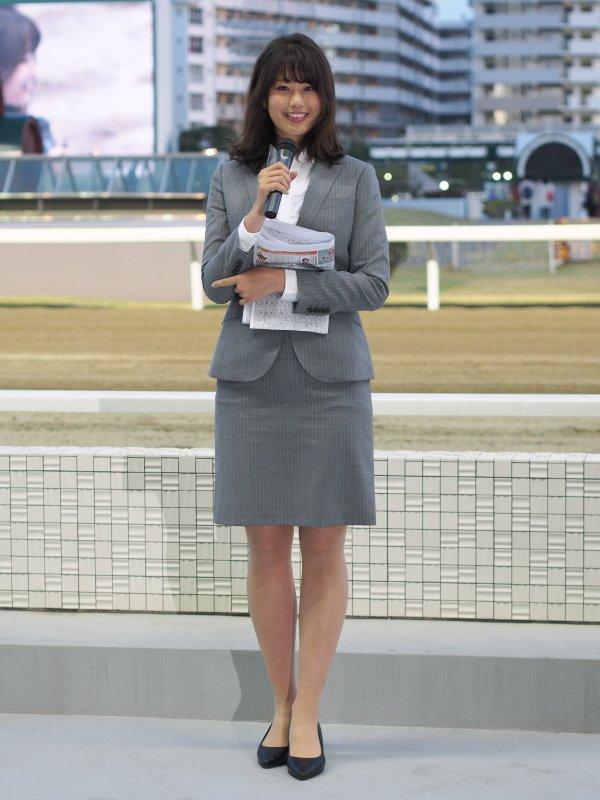 タイトスカートのスーツを着た稲村亜美