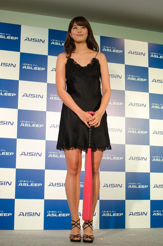 ミニスカートのワンピースを着た稲村亜美