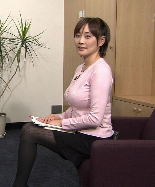 ニットを着た熊谷明美アナの着衣巨乳