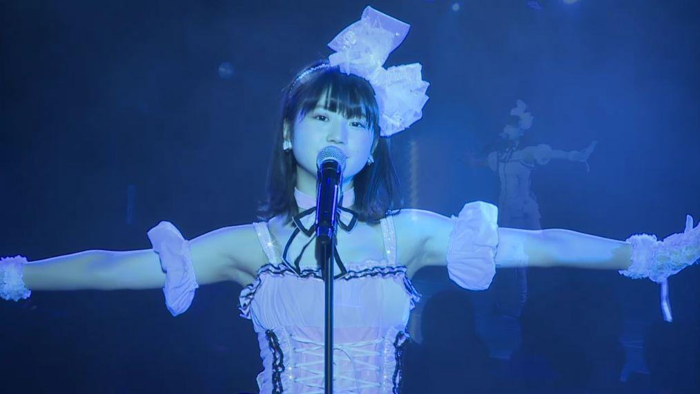 ステージで歌うSKE48の小畑優奈