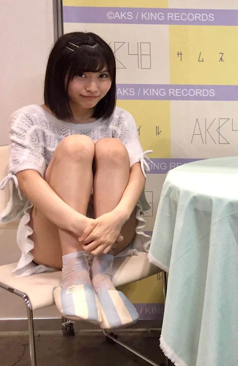 AKB48の写メ会でワンピースを着てパンチラしてるアイドル