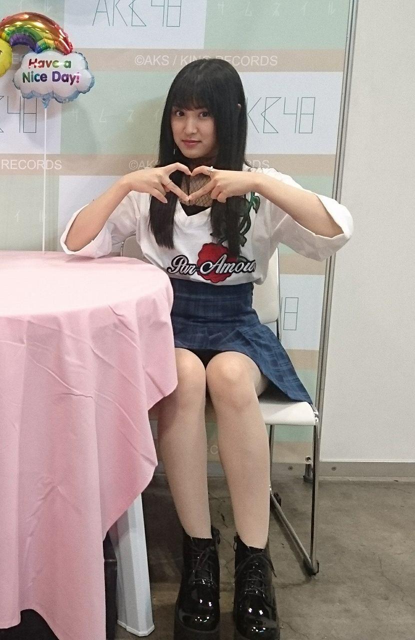 AKB48の写メ会でパンチラしてるアイドル