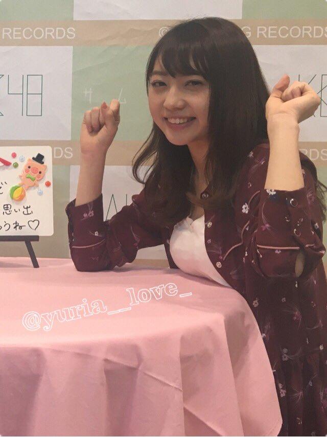 AKB48の写メ会で机の上におっぱいを乗せている木崎ゆりあ