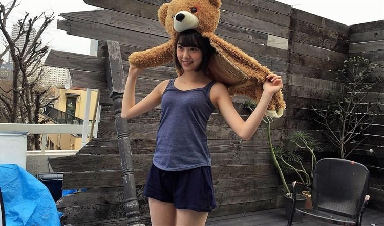 熊のかぶりものをした堀未央奈