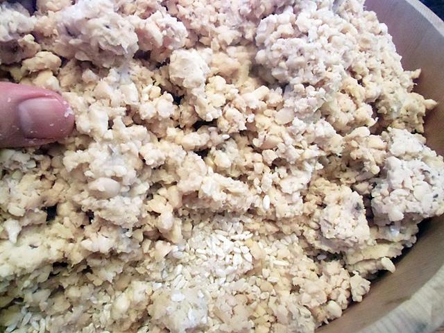 豆と糀を練る
