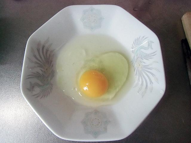 お皿に卵をひとつ