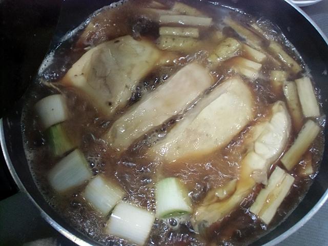 カレイの切り身を強火で煮つける