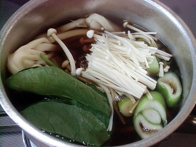 出来たおつゆに麺と野菜