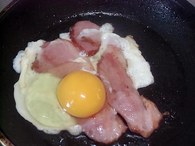 炙りベーコンに卵をおとし