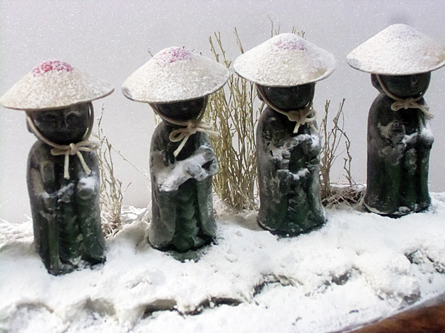 笠に雪をかける