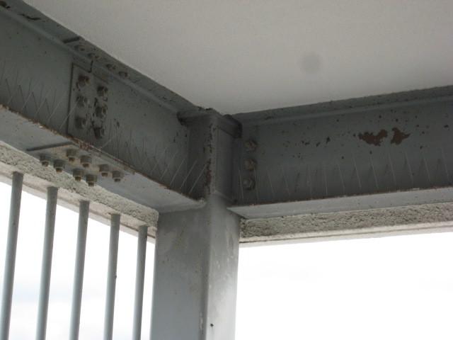 踊り場上部のH鋼へ防鳥スパイク設置