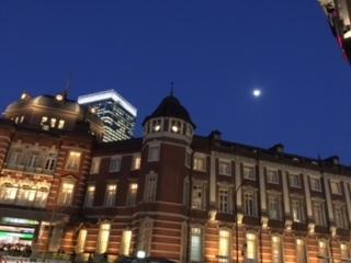 東京駅と月②