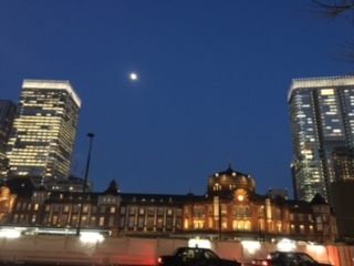 東京駅と月①
