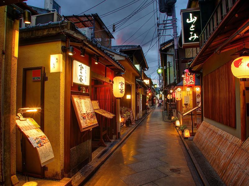 kyoto-japan-pontocho-alleyway-L.jpg