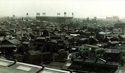 下町の住宅街に突如と出現したプロ野球場