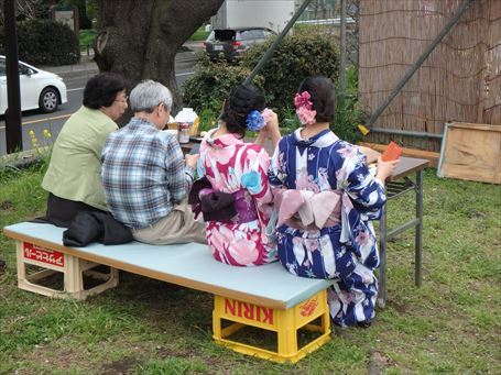 桜橋デッキの屋台にいた和服美人