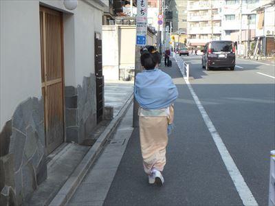 花街 向島の料亭街を歩く芸者さん