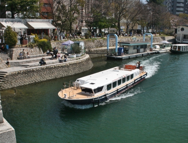 IMG_8191 宮島への高速船(600x458)