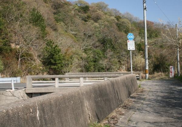 040 IMG_8453 橋に標識(600x417)