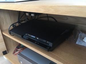 PS3をテレビボードに入れる