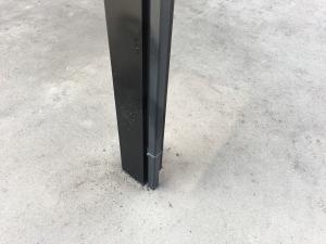 蜘蛛が登ってくるカーポートの柱