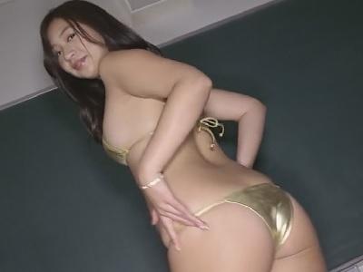 佐山彩香ちゃんゴールドのビキニでダンスしてお尻食い込み動画
