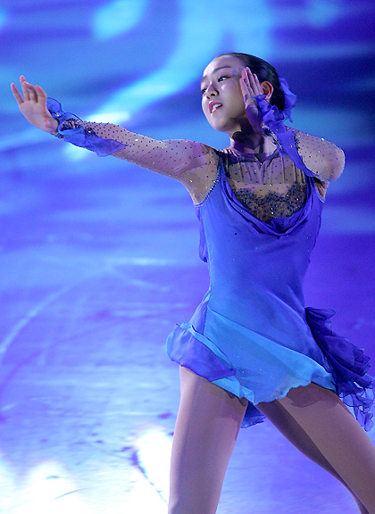 mao-asada-figure-skating-exhibition-so-deep-is-the-night-blue-dress04.jpg