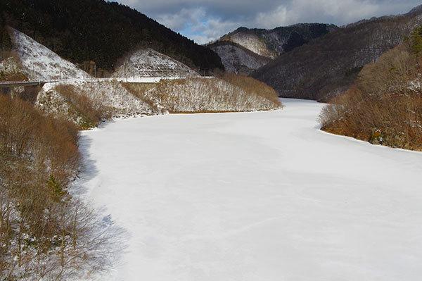 早池峰ダムの結氷