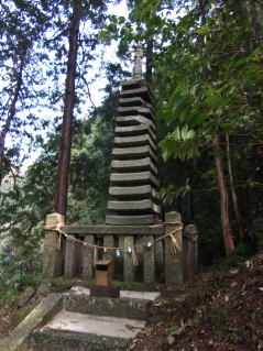 天神社十三重石塔