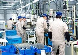 【工場内作業】自動車ドアウィンドウの部品の組立・組付・検査