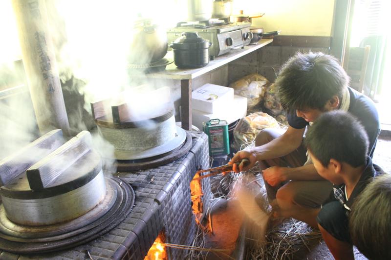 釜戸で飯炊き