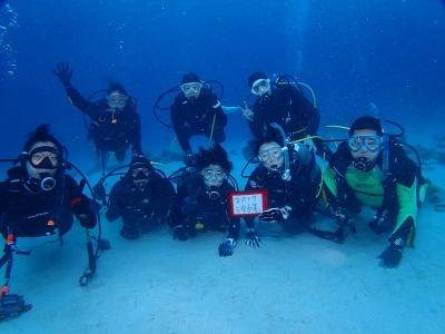 17-03-11 沖縄ツアー 水中で記念写真