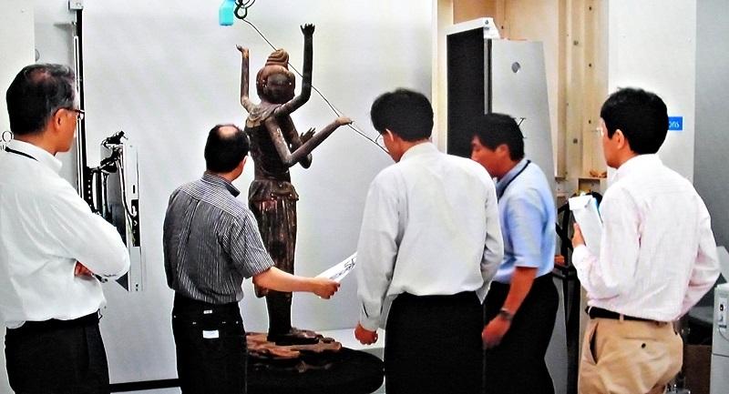 阿修羅像のCTスキャン撮影の状況