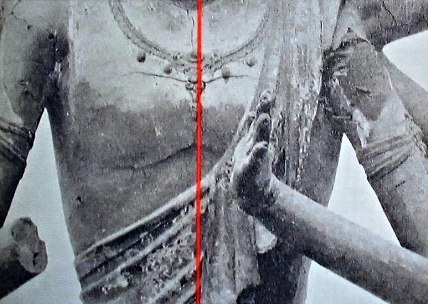 明治修理前の阿修羅像も合掌手が左にズレ、手のひらが上向きに開いている