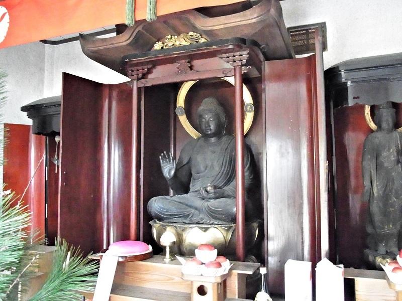 収蔵庫内の光善寺・薬師三尊像