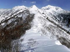 5左に武尊本峰、右に剣ヶ峰を従える勇壮な獅子ヶ鼻山