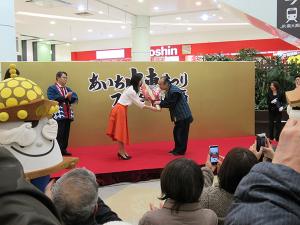 鈴木明子さんからの花束贈呈