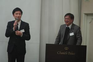 小松 中日新聞(左)/デン真 写真家(右)