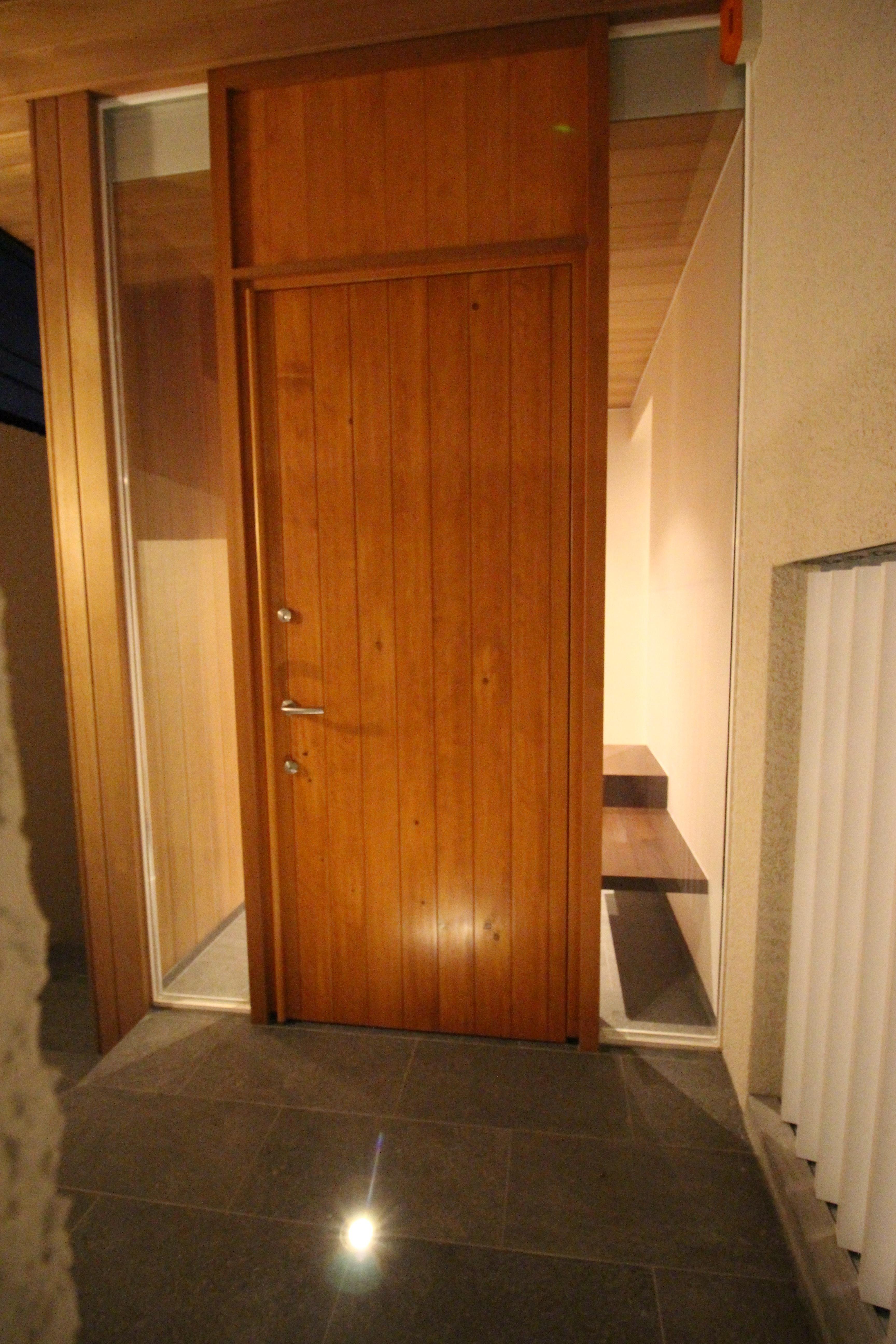 玄関ドア夜