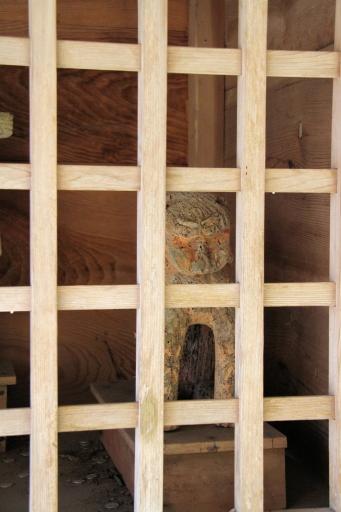 随身門の木製狛ワンコ