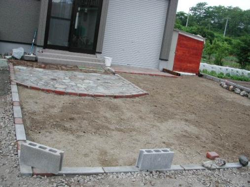 玄関前と駐車スペース