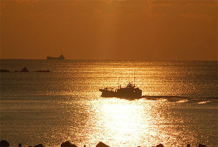 朝日のかつお船