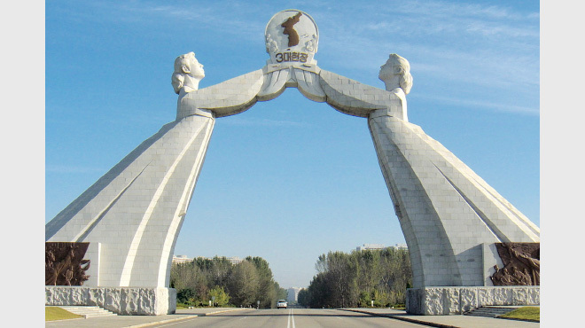 北朝鮮・平壌にある祖国統一三大憲章記念塔。2001年、金正日によって建設された