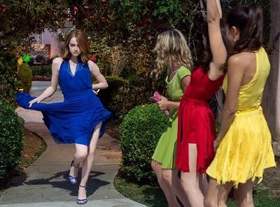 女4人で踊るシーン