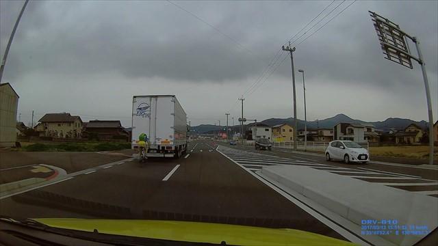 トラックの真後ろを自転車が走る_S-size