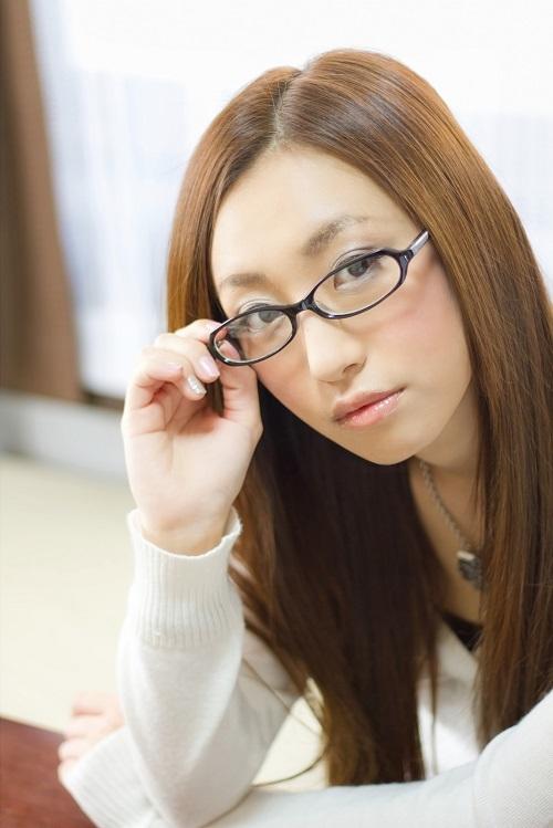 眼鏡の位置を直す女性