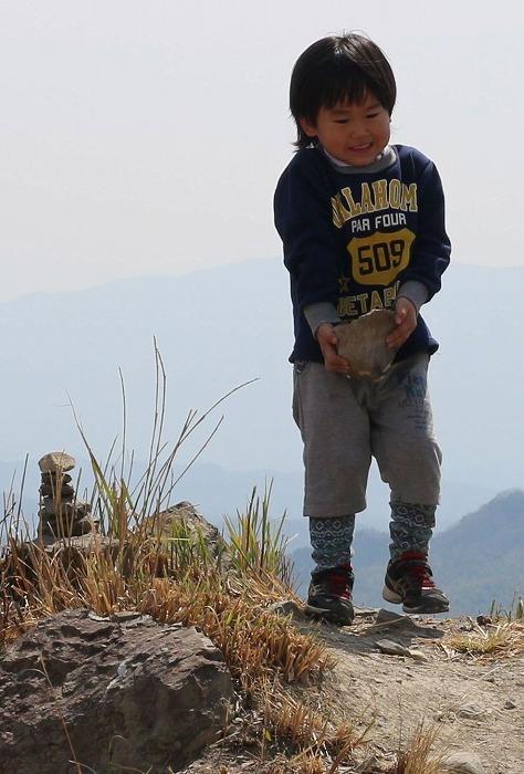 爺神山頂上に石積み 29.3.18